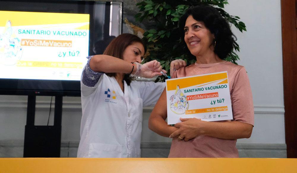 Marta Leon secretaria general del Colegio se vacuna contra la gripe